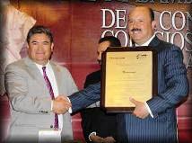 "JUL 2013.- César Duarte, Gobernador de Veracruz, recibió premio por ""disminuir los índices de violencia""."