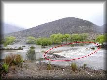 El puente que comunica a las Grutas de Nombre de Dios fue derrumbado por las fuertes corrientes de agua.  FOTO: laopción.com.mx