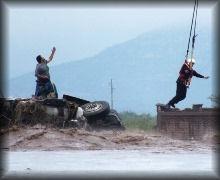 Familia rescatada tras volcar su vehículo de carga.  FOTO: segundoasegundo.com