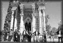 Manifestación contra reubicación del mausoleo / FOTO: latronera.com.mx