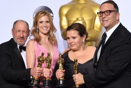 Steve Golin, Blye Pagon Faust, Nicole Rocklin y Michael Sugar. (AFP Photo/Robyn Beck