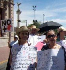 Blanca Gámez y Beatriz Verduzco en la Marcha por la Paz y la Justicia (2011).
